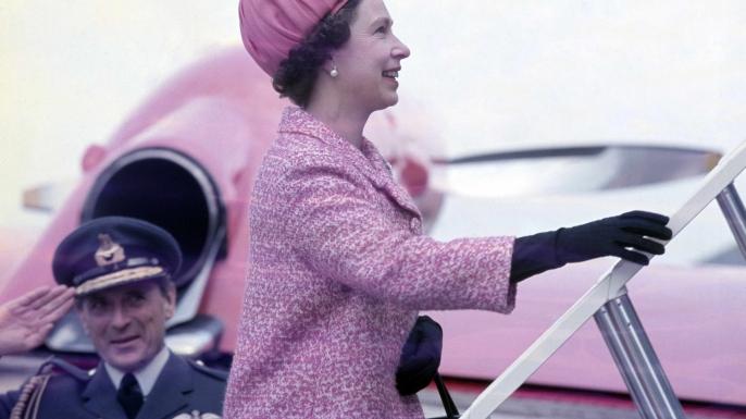 Elizabeth boards a plane in 2011. (Credit: Smith Ellen-Pool/Getty Images)