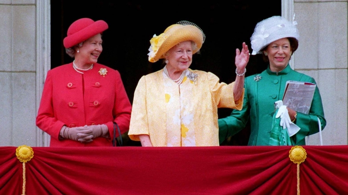 Elizabeth, her mother and Princess Margaret wave from the balcony of Buckingham Palace. (Credit: Tim Graham/Getty Images)