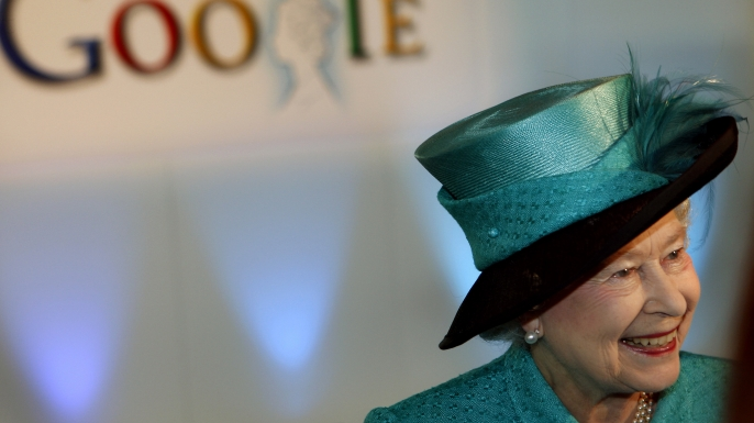 Elizabeth visits Google's U.K. offices in 2008. (Credit: POOL/Tim Graham Picture Library/Getty Images)